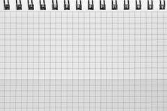 Kontrollerad modell för bakgrund för spiralanteckningsbok, horisontalrutigt kvadrerat öppet notepadkopieringsutrymme, häftad tom  Royaltyfri Fotografi