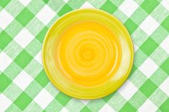 kontrollerad rund tableclothyellow för grön platta Royaltyfri Foto