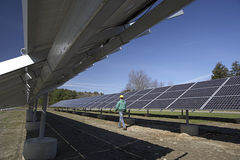 kontrollerad sol- workman för paneler Royaltyfria Bilder