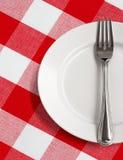 kontrollerad tablecloth för gaffelplattatabell Arkivfoton