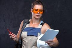 Kontrollerande lista för kvinnlig byggmästareleverantör av inhandlade byggandematerial arkivbild
