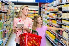 Kontrollerande lista för moder och för dotter Royaltyfri Bild