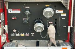 kontrollerar brandlastbilen Royaltyfri Bild