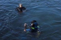 kontrollerar dykareinstruktören Arkivbilder