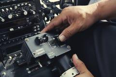 kontrollerar helikoptern Arkivfoto