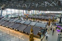 Kontrollerar ` s Suwannabhumi för den internationella flygplatsen in rad i terminal1 arkivfoto
