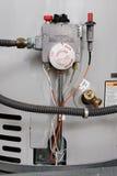 kontrollerar värmeapparatvatten Arkivbild