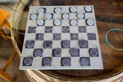 Kontrolleur-Spiel auf Wein-Fass-Tabelle stockbilder