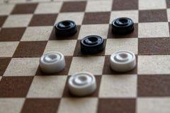 Kontrolleure im Schachbrett reday für das Spielen Abstrakte Abbildung 3d Ein altes Spiel liebhaberei Kontrolleure auf dem Spielfe lizenzfreie stockbilder