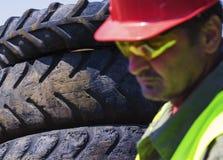 Kontrollieren Sie Autofriedhof Fokus auf Reifen Stockbilder