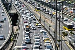 Kontrolliert-Zugangslandstraße in Istanbul während der Hauptverkehrszeit Lizenzfreie Stockfotografie