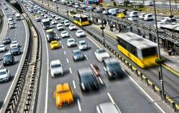 Kontrolliert-Zugangslandstraße in Istanbul während der Hauptverkehrszeit Stockfotos