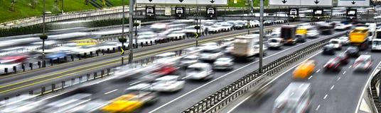 Kontrolliert-Zugangslandstraße in Istanbul während der Hauptverkehrszeit Lizenzfreie Stockbilder
