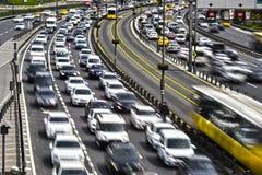 Kontrolliert-Zugangslandstraße in Istanbul während der Hauptverkehrszeit Stockbilder