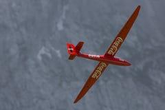 Kontrolliertes RadioFlugzeugmodell im Flug Lizenzfreie Stockfotografie