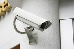 Kontrollkamera i väggbakgrund Arkivfoton
