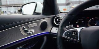 Kontrollknappar på styrninghjulet för läderhastighet för bil inomhus inre medel för sportar Arkivbild