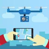 Kontrollquadrocopters från telefonen Arkivfoto