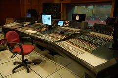 Kontrollrummet av en yrkesmässig musikinspelningstudio Arkivfoton