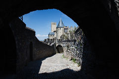 Kontrolltürme und Wände von Carcassonne durch Rampartloch Lizenzfreie Stockfotos