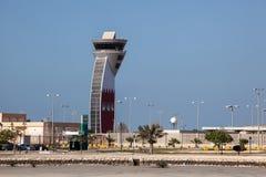 Kontrolltorn av den Bahrain flygplatsen Arkivfoto