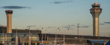 Kontrolltorn av den internationella flygplatsen för nolla-`-hare på skymning Royaltyfri Foto