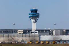 Kontrolltorn på den Cologne flygplatsen, Tyskland Arkivbilder
