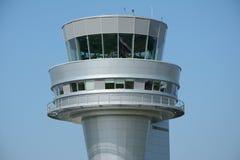 Kontrolltorn på den Poznan Lawica flygplatsen Arkivfoto