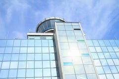 Kontrolltorn på den Prague flygplatsen Arkivbilder