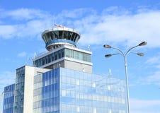 Kontrolltorn på den Prague flygplatsen Arkivbild