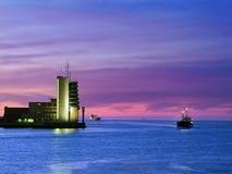 Kontrolltorn på havet med lastfartyg Royaltyfri Fotografi