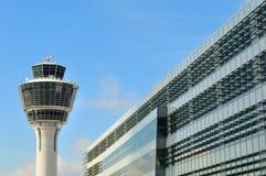Kontrolltorn på den Munich flygplatsen Arkivbild