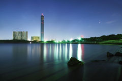 Kontrollturm auf der Nacht. lizenzfreie stockbilder