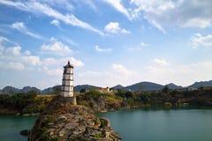 Kontrollturm auf Insel im Ozean Stockbilder