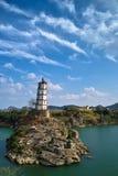 Kontrollturm auf Insel im Ozean Lizenzfreie Stockfotografie