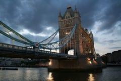 Kontrollturm-Brücke auf einer stürmischen Nacht lizenzfreie stockfotos
