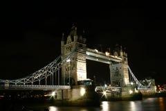 Kontrollturm-Brücke bis zum Nacht Stockfotos
