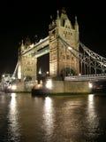 Kontrollturm-Brücke bis zum Nacht Stockbild