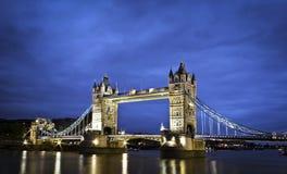 Kontrollturm-Brücke an der Dämmerung lizenzfreie stockfotografie