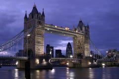 Kontrollturm-Brücke an der Dämmerung Lizenzfreies Stockfoto
