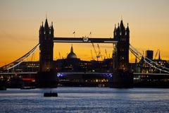 Kontrollturm-Brücke an der Dämmerung Lizenzfreie Stockfotos