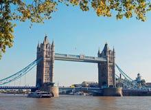 Kontrollturm-Brücke am Herbst Lizenzfreie Stockbilder
