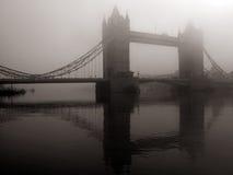Kontrollturm-Brücke im Nebel, London, Großbritannien stockbilder