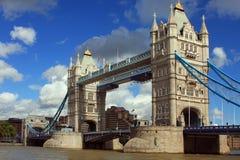 Kontrollturm-Brücke in London, Großbritannien an einem schönen Sommer d Lizenzfreie Stockfotos