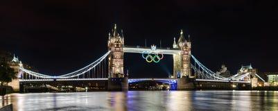 Kontrollturm-Brücke in London, Großbritannien mit den olympischen Ringen Lizenzfreies Stockfoto