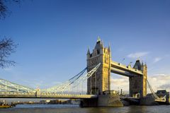 Kontrollturm-Brücke in London, hellen und blauen Himmel glättend Stockfotografie