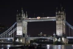 Kontrollturm-Brücke London nachts Lizenzfreies Stockfoto