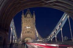Kontrollturm-Brücke London nachts mit Verkehrs-Spuren stockfotografie
