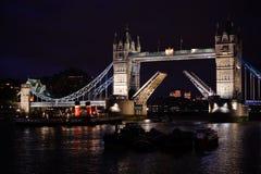 Kontrollturm-Brücke nachts Stockfotos