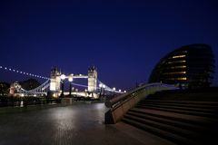 Kontrollturm-Brücke nachts lizenzfreie stockfotos